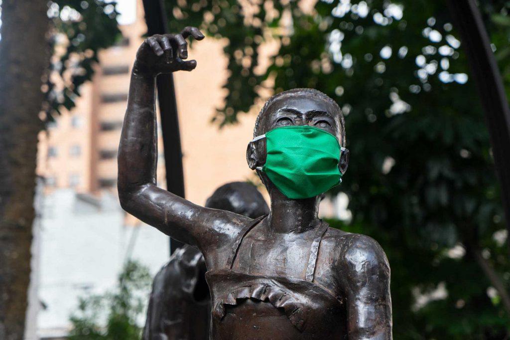 Diarios Inciertos Estatua tapabocas